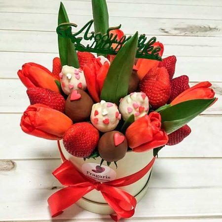 klubnika-v-shokolade-i-cvety-v-korobke