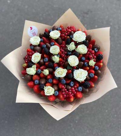 Букет-с-ягодами-и-цветами-2