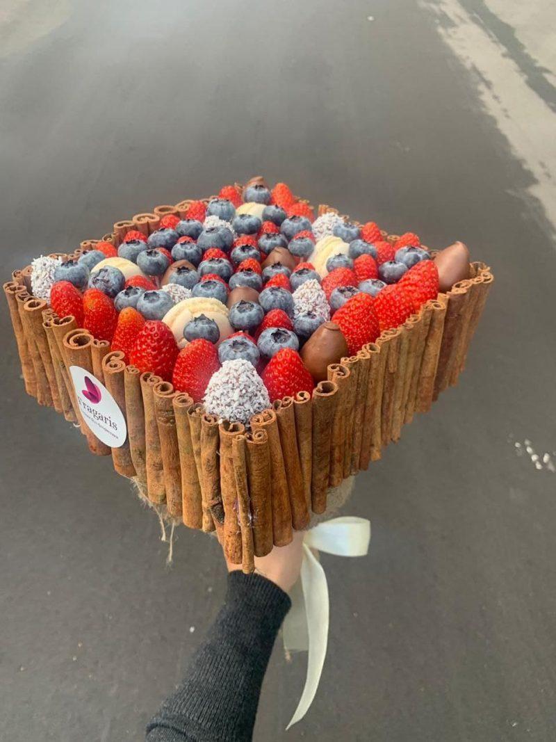 Коробка из корицы и ягод