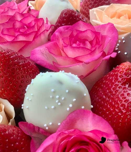 н-Корзина-с-цветами,-свежей-клубникой–и-клубникой-в-шоколаде-1-min