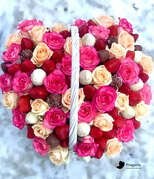 н-Корзина-с-цветами,-свежей-клубникой–и-клубникой-в-шоколаде-2-min