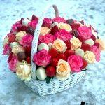 н-Корзина-с-цветами,-свежей-клубникой–и-клубникой-в-шоколаде-min